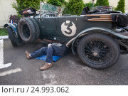 Купить «Ралли «Пекин-Париж-2016». Смоленск. Техобслуживание автомобиля Bentley 4½ Tourer (1926) после этапа . 4 июля 2016 г.», фото № 24993062, снято 4 июля 2016 г. (c) Сайганов Александр / Фотобанк Лори