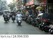 Скутеристы на улицах Пуны. Индия (2013 год). Редакционное фото, фотограф Юрий Леденцов / Фотобанк Лори