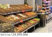 Купить «Прилавок с овощами и фруктами в магазине», эксклюзивное фото № 24999066, снято 28 января 2017 г. (c) Яна Королёва / Фотобанк Лори