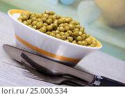 Купить «Зеленый горошек в салатнике на столе», эксклюзивное фото № 25000534, снято 29 января 2017 г. (c) Яна Королёва / Фотобанк Лори