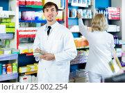 Купить «Portrait of twopharmacists working in modern farmacy», фото № 25002254, снято 28 мая 2020 г. (c) Яков Филимонов / Фотобанк Лори