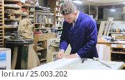 Купить «working man examining edging strips», видеоролик № 25003202, снято 25 ноября 2016 г. (c) Яков Филимонов / Фотобанк Лори
