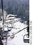 Кресельный подъемник на горнолыжном курорте, фото № 25006142, снято 31 декабря 2011 г. (c) Эдуард Паравян / Фотобанк Лори