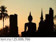 Купить «Силуэт древней скульптуры сидящего Будды на фоне закатного неба. Исторический парк города Сукхотай, Таиланд», фото № 25006766, снято 30 декабря 2016 г. (c) Виктор Карасев / Фотобанк Лори