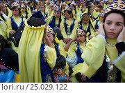 Купить «Девушки в национальных костюмах готовятся к выступлению на праздничном концерте на центральном стадионе в городе Худжанд в Республике Таджикистан», фото № 25029122, снято 21 марта 2015 г. (c) Николай Винокуров / Фотобанк Лори