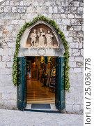 Купить «Вход в арт галерею Святого Луки. Дубровник, Хорватия.», фото № 25036778, снято 25 августа 2016 г. (c) Устенко Владимир Александрович / Фотобанк Лори