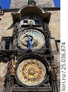 Купить «Прага. Мужчина поправляет стрелки астрономических часов на Староместкой ратуше», эксклюзивное фото № 25036874, снято 26 апреля 2013 г. (c) Яна Королёва / Фотобанк Лори