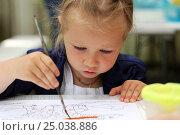 Купить «Рисующая девочка», фото № 25038886, снято 12 июля 2016 г. (c) Морозова Татьяна / Фотобанк Лори