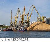 Купить «Портовые краны в северном порту города Москвы», фото № 25040274, снято 9 мая 2015 г. (c) Самойлова Екатерина / Фотобанк Лори