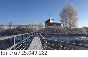 Купить «Лебединое озеро в Алтайском крае / Wooden gangway on lake Svetloe in Altai region and house for swans observations», видеоролик № 25049282, снято 28 января 2017 г. (c) Serg Zastavkin / Фотобанк Лори
