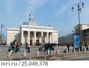 Купить «Moscow, Russia - April 14.2016. Leningradsky railway station. Landmark was built in 1849», фото № 25049378, снято 14 апреля 2016 г. (c) Володина Ольга / Фотобанк Лори