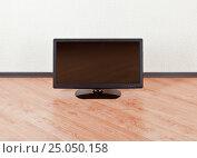 Купить «Телевизор в пустой комнате на полу», фото № 25050158, снято 28 ноября 2016 г. (c) Элина Гаревская / Фотобанк Лори