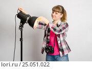 Фотограф в студии устанавливает рефлектор на моноблок фотовспышки. Стоковое фото, фотограф Иванов Алексей / Фотобанк Лори