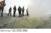 Купить «Туристы фотографируют фумаролы в кратере действующего вулкана», видеоролик № 25058986, снято 14 сентября 2016 г. (c) А. А. Пирагис / Фотобанк Лори