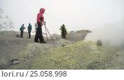 Купить «Туристы фотографируются на фоне фумарол в кратере активного вулкана», видеоролик № 25058998, снято 14 сентября 2016 г. (c) А. А. Пирагис / Фотобанк Лори