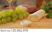 Купить «Goat cheese with white wine, grapes and bread», видеоролик № 25062970, снято 5 сентября 2016 г. (c) Дебалюк Александр Владимирович / Фотобанк Лори