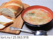 Купить «Тарелка супа и хлеб на столе», эксклюзивное фото № 25063918, снято 2 февраля 2017 г. (c) Яна Королёва / Фотобанк Лори