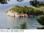 Купить «Вид на полуостров рядом с Королевским пляжем, город Будва, Черногория», эксклюзивное фото № 25066510, снято 12 апреля 2016 г. (c) Артём Крылов / Фотобанк Лори