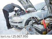 Купить «Automobile starter battery problem in winter cold weather conditions», фото № 25067950, снято 8 января 2017 г. (c) Дмитрий Калиновский / Фотобанк Лори