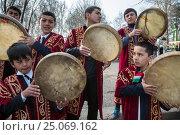 Таджикские музыканты в национальных костюмах играют на популярном в средней азии ударном музыкальном инструменте - дойра во время праздника в городе Худжанд, Таджикистан (2015 год). Редакционное фото, фотограф Николай Винокуров / Фотобанк Лори