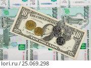 Купить «Монеты рубли и евро лежат на купюре десять долларов США, которая лежит на куче тысячерублевых российских купюр», фото № 25069298, снято 3 февраля 2017 г. (c) Иванов Алексей / Фотобанк Лори