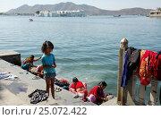 Индия. Удайпур. Стирка одежды в реке. Индийская девочка (2016 год). Редакционное фото, фотограф Алтанова Елена / Фотобанк Лори