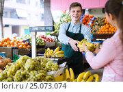 Купить «seller weighing bananas», фото № 25073074, снято 26 мая 2018 г. (c) Яков Филимонов / Фотобанк Лори