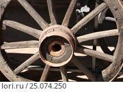 Старое колесо от телеги. Стоковое фото, фотограф Ирина Горбачева / Фотобанк Лори