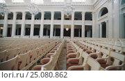 Empty seats in classic style large bright concert hall. Big glass chandeliers. Стоковое видео, видеограф Александр Багно / Фотобанк Лори