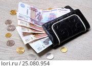 Купить «Восемьсот пятьдесят рублей в кошельке и монеты на деревянном столе», эксклюзивное фото № 25080954, снято 4 февраля 2017 г. (c) Яна Королёва / Фотобанк Лори