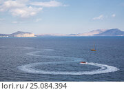 The winding trail on the water from a boat in the bay. Стоковое фото, фотограф Анна Костенко / Фотобанк Лори