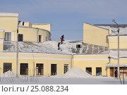 Купить «Рабочие сбрасывают снег с крыши», фото № 25088234, снято 6 февраля 2017 г. (c) Ирина Ульянкина / Фотобанк Лори