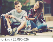 Купить «Phubbing: teenager ignore his friend», фото № 25090026, снято 23 августа 2019 г. (c) Яков Филимонов / Фотобанк Лори