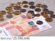 Российские монеты на купюрах 5000 рублей. Стоковое фото, фотограф Яна Королёва / Фотобанк Лори