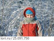 Купить «The boy outdoors in solar and very cold day», фото № 25091750, снято 8 января 2016 г. (c) Максим Стриганов / Фотобанк Лори