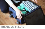 hands packing travel bag with personal stuff. Стоковое видео, видеограф Syda Productions / Фотобанк Лори