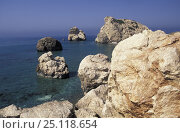 """Купить «Aphrodite Rocks / """"Petra tou Romiou"""" (The Rock of the Greek), Pafos, Cyprus. ^^^According to legend, Aphrodite, goddess of love and beauty, rose from the waves in front of this beach.», фото № 25118654, снято 19 января 2018 г. (c) Nature Picture Library / Фотобанк Лори"""