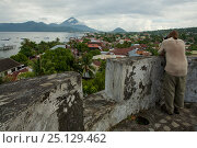 Купить «Fort Tolukko, restored Portugese fort dating from 1512 overlooking Ternate harbor.   Maluku Islands / Moluccas, Indonesia, July 2008», фото № 25129462, снято 10 июля 2020 г. (c) Nature Picture Library / Фотобанк Лори