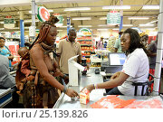 Купить «Himba woman in traditional clothing buying food at the supermaket, city of Opuwo, Kaokoland, Namibia. October 2015», фото № 25139826, снято 26 мая 2019 г. (c) Nature Picture Library / Фотобанк Лори