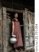 Купить «Mising woman holding pot, Majuli Island, Brahmaputra River, Assam, North East India, October 2014.», фото № 25151054, снято 15 августа 2018 г. (c) Nature Picture Library / Фотобанк Лори