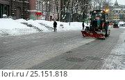 Купить «Очистка улицы от снега помощью трактора», видеоролик № 25151818, снято 7 февраля 2017 г. (c) FMRU / Фотобанк Лори
