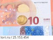 Купить «Монета 10 рублей на фоне купюры 10 евро», эксклюзивное фото № 25153454, снято 9 февраля 2017 г. (c) Яна Королёва / Фотобанк Лори