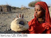 Afar tribe woman baking bread with a hot stone, Malab-Dei village, Danakil depression, Afar region, Ethiopia, March 2015. Стоковое фото, фотограф Eric Baccega / Nature Picture Library / Фотобанк Лори