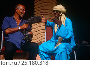 Photographer / film-maker Steve Taylor interviewing local man in Agadez, Niger, 2005. Стоковое фото, фотограф Steve O. Taylor (GHF) / Nature Picture Library / Фотобанк Лори