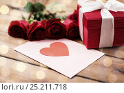 Купить «close up of gift box, red roses and greeting card», фото № 25211718, снято 10 декабря 2015 г. (c) Syda Productions / Фотобанк Лори