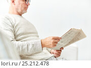 Купить «close up of senior man reading newspaper», фото № 25212478, снято 7 июля 2016 г. (c) Syda Productions / Фотобанк Лори