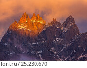 Купить «Mountain Peaks at dusk, from left to right, Aiguille de Blaitiere, Aiguille de Cigeaux, and Aiguille du Fou. Chamonix, France, September 2012», фото № 25230670, снято 15 августа 2018 г. (c) Nature Picture Library / Фотобанк Лори