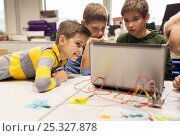 Купить «kids, laptop and invention kit at robotics school», фото № 25327878, снято 23 октября 2016 г. (c) Syda Productions / Фотобанк Лори