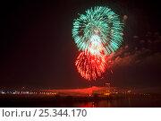 Салют в честь Дня Победы 9 мая 2016 года над Москва-рекой в Строгино. Стоковое фото, фотограф Мария Сидельникова / Фотобанк Лори