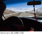 Купить «View from inside a vehicle on a road crossing the Tibetan plateau, Himalayan peaks around 7,000m high in distance, Tibet, November 2005», фото № 25348118, снято 16 июля 2018 г. (c) Nature Picture Library / Фотобанк Лори